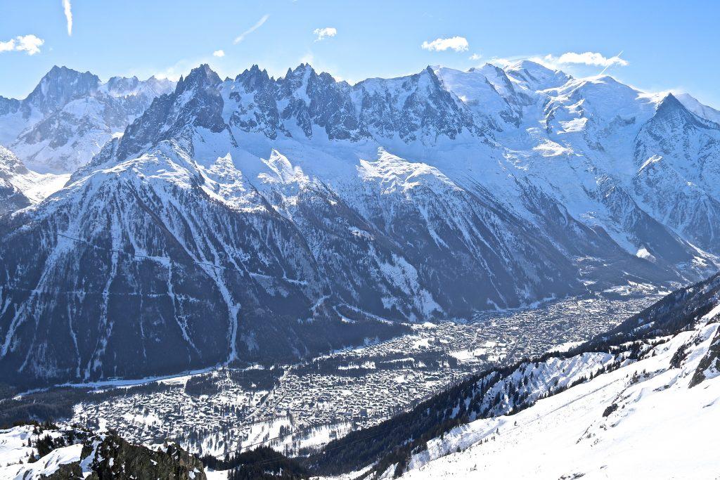 Chamonix med Aiguille du Plan, Aiguille du Midi og Mont Blanc (4.808 moh) sett fra Les Aiguilled Rouges.