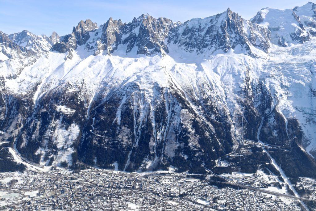 Aiguille du Midi (3.842 moh) og Chamonix sett fra Brévent (2.525 moh).