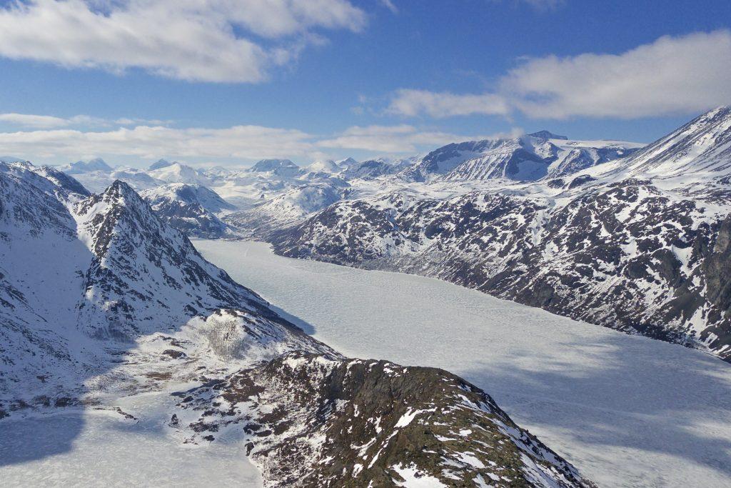 Utsikten er flott fra Knutshøe inn mot de indre deler av Jotunheimen.
