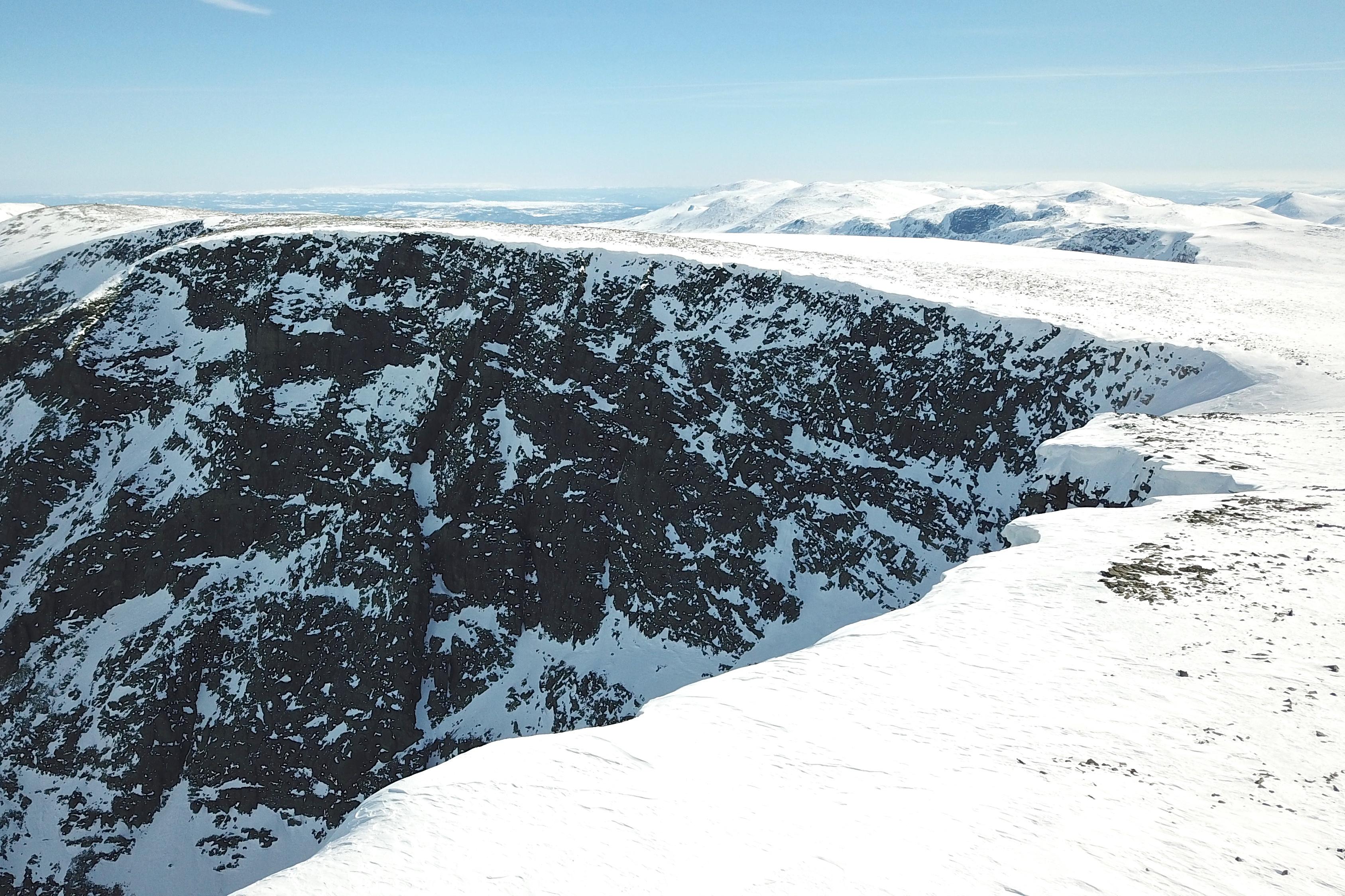 Fra Ranastongi går det bratt ned i Hetebotten og her Geitebotten.