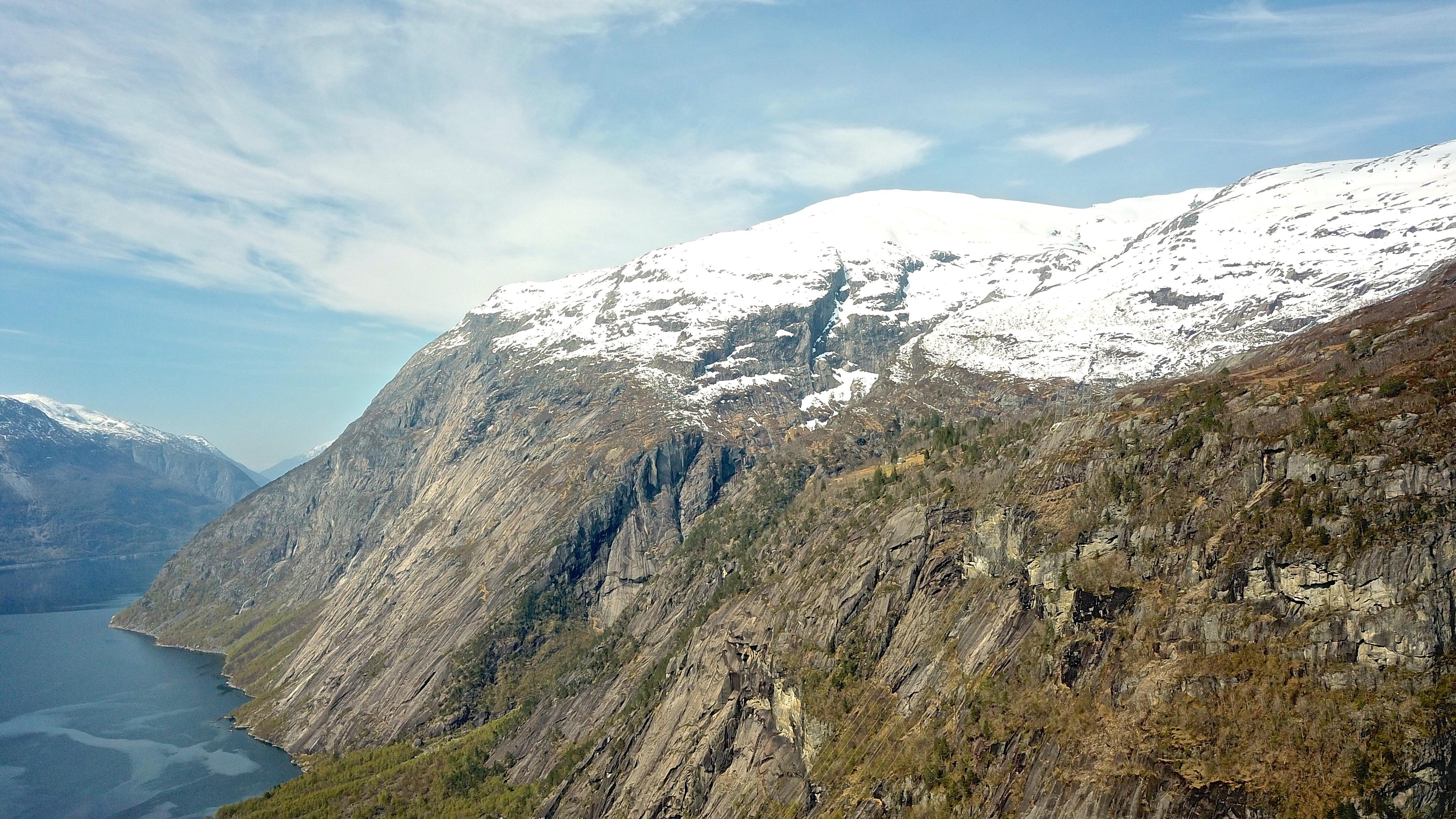 Fjellgården Kjeåsen ligger på en en hylle over Simadalen. Deler av fjellet Onen bak.