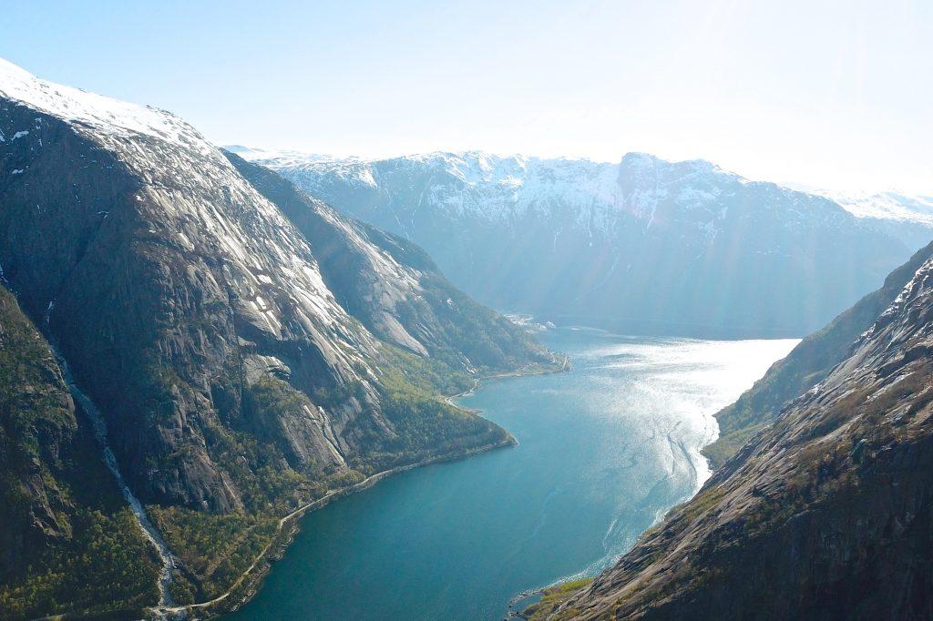 Simadalsfjorden sett fra Kjeåsen mot Eidfjord og Øktarnuten.