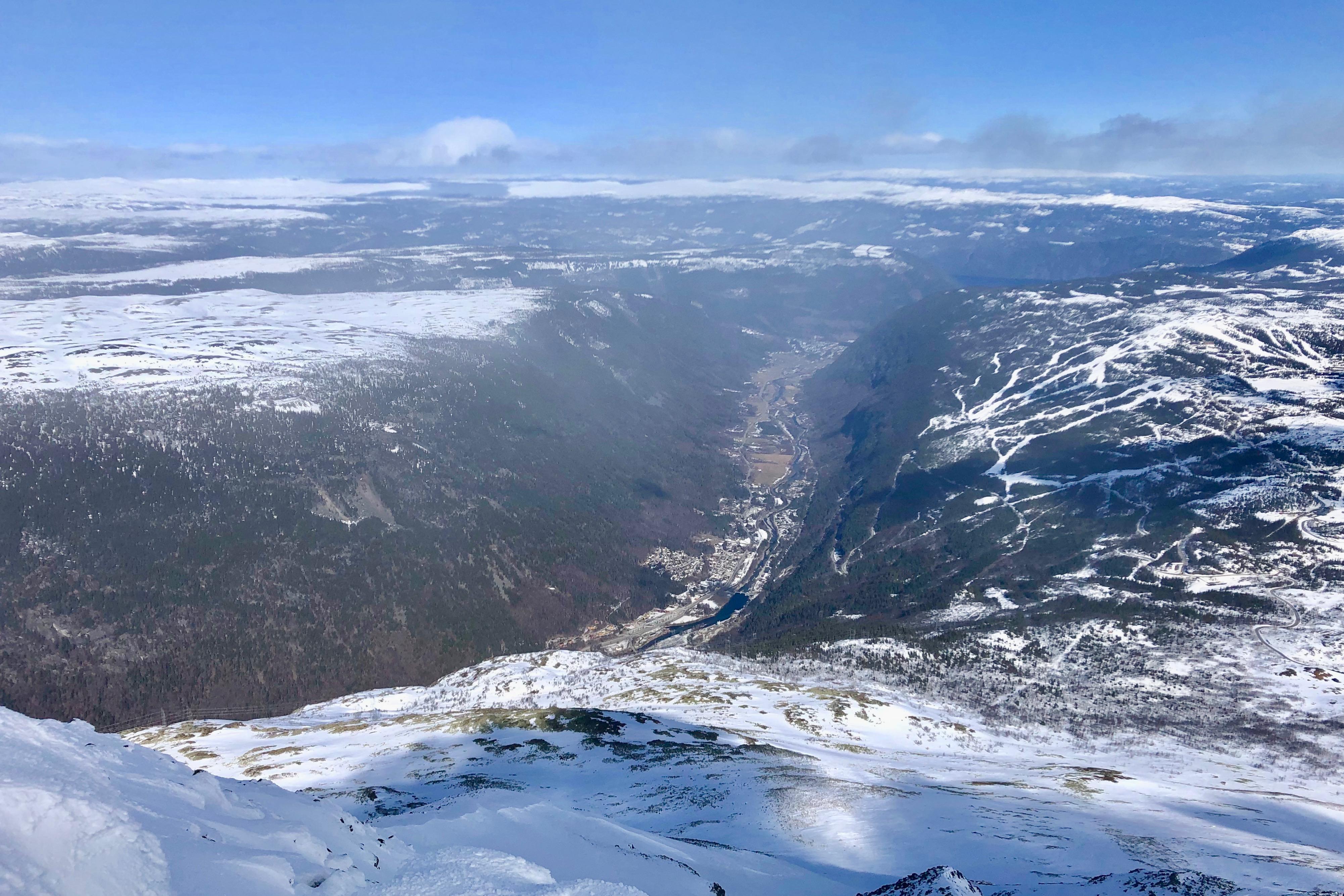 Utsikt mot Rjukan fra toppen av Gautatoppen (1.883 moh).