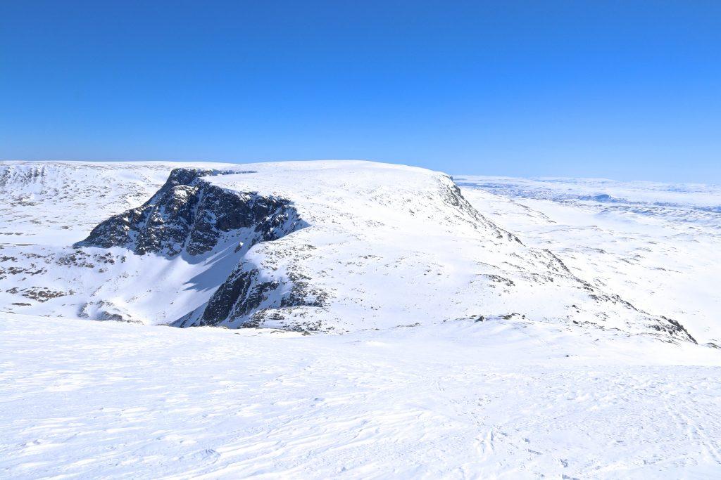 Den østlige delen av fjellryggen Hallingskarvet sett fra Folarskardnuten.