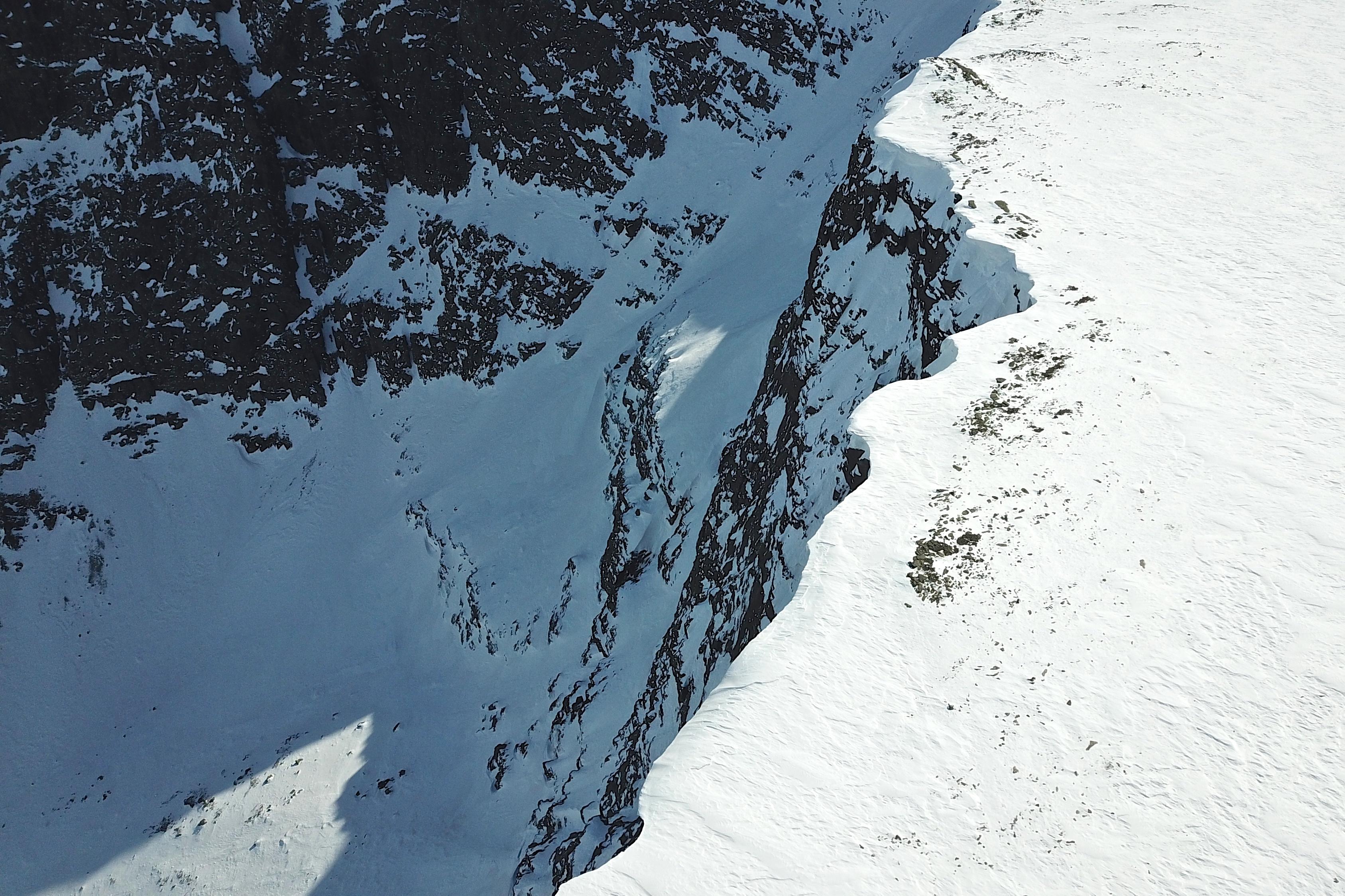 Det går stupbratt ned mot Geitebotten fra Ranastongi (1.900 moh).
