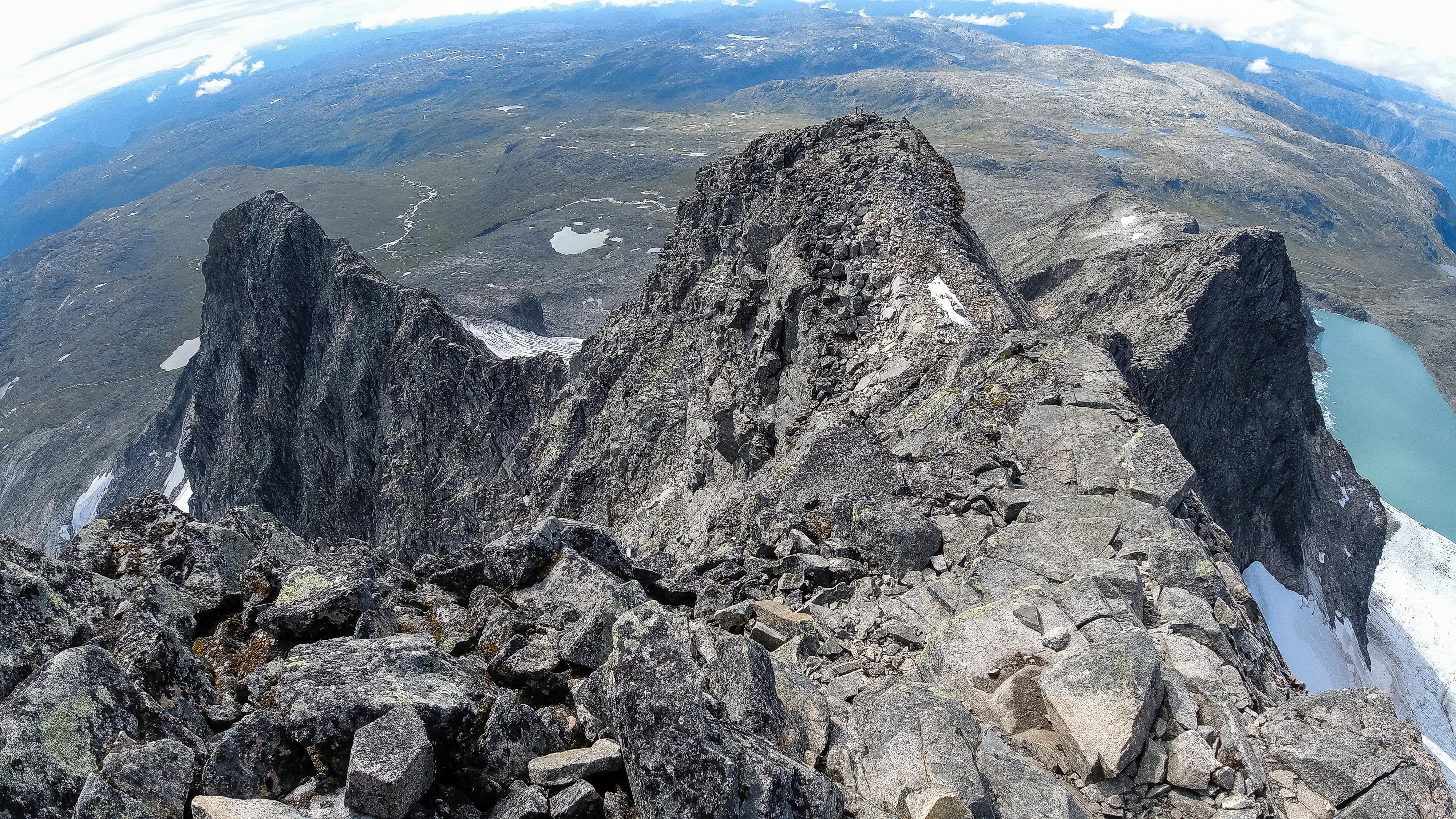 Toppeggen opp mot Store Austanbottstind, med Søre Austanbottstind til venstre og Midtre- og Vestre Austanbottstind til høyre.