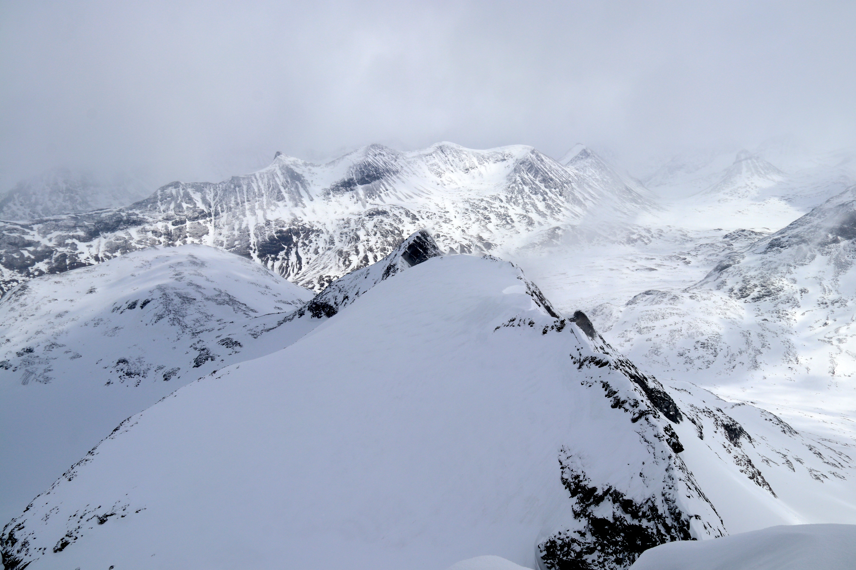 Ryggen fra Sokse og ut mot Geite (2.002 moh) som er en smal, men alternativ rute mot toppen.