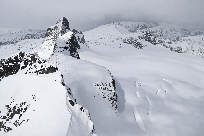 Utsikt fra toppen av Sokse mot Storbrean, Sauen, Kniven og Store Smørstabbtinden.