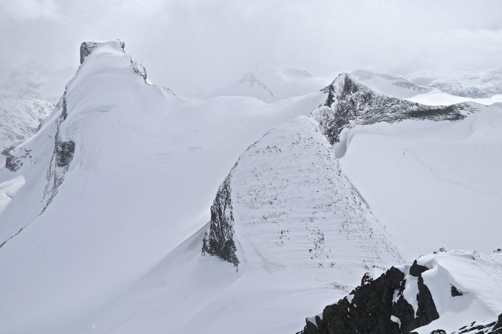 Utsikt fra Sokse mot Storebjørn (2.222 moh) og Veslebjørn med Bjørnungene i Smørstabbtindmassivet.
