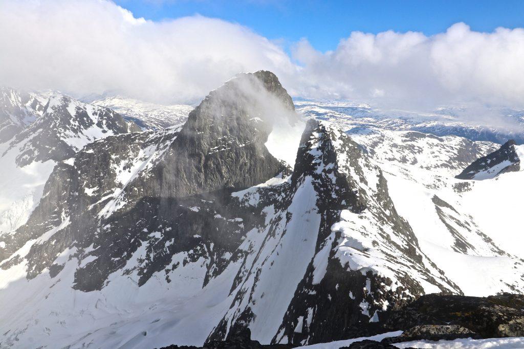 Ryggen ut mot Søre Soleibotntinden (2.049 moh) med Store Ringstinden bak.