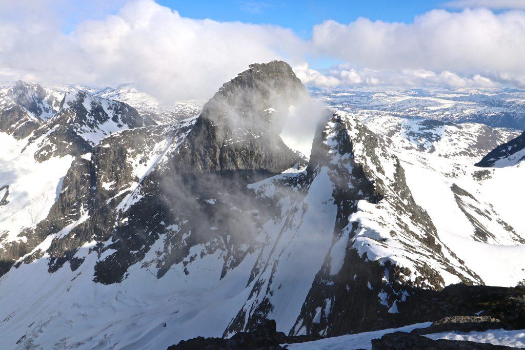Utsikt fra toppen av Store Soleibotntind (2.083 moh) mot Søre Soleibotntinden og Store Ringstinden.