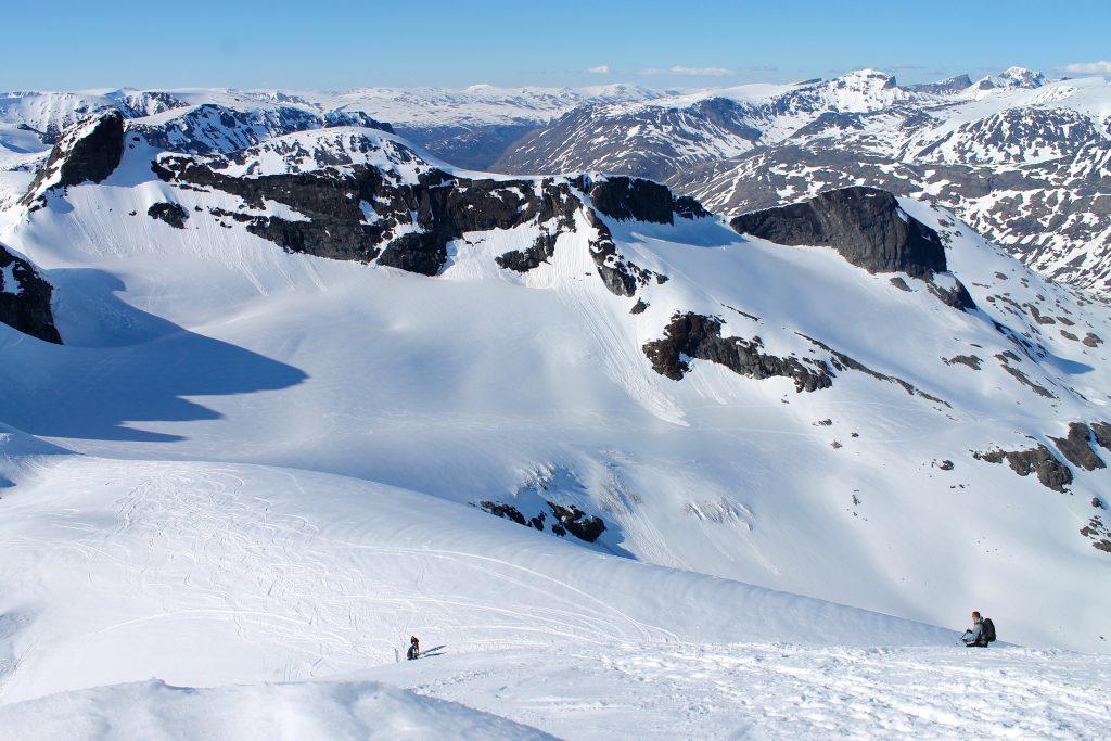 Fjellryggen som strekker seg mellom Sokse (til venstre) og Geite helt til høyre i bildet, her sett fra Storebjørn.
