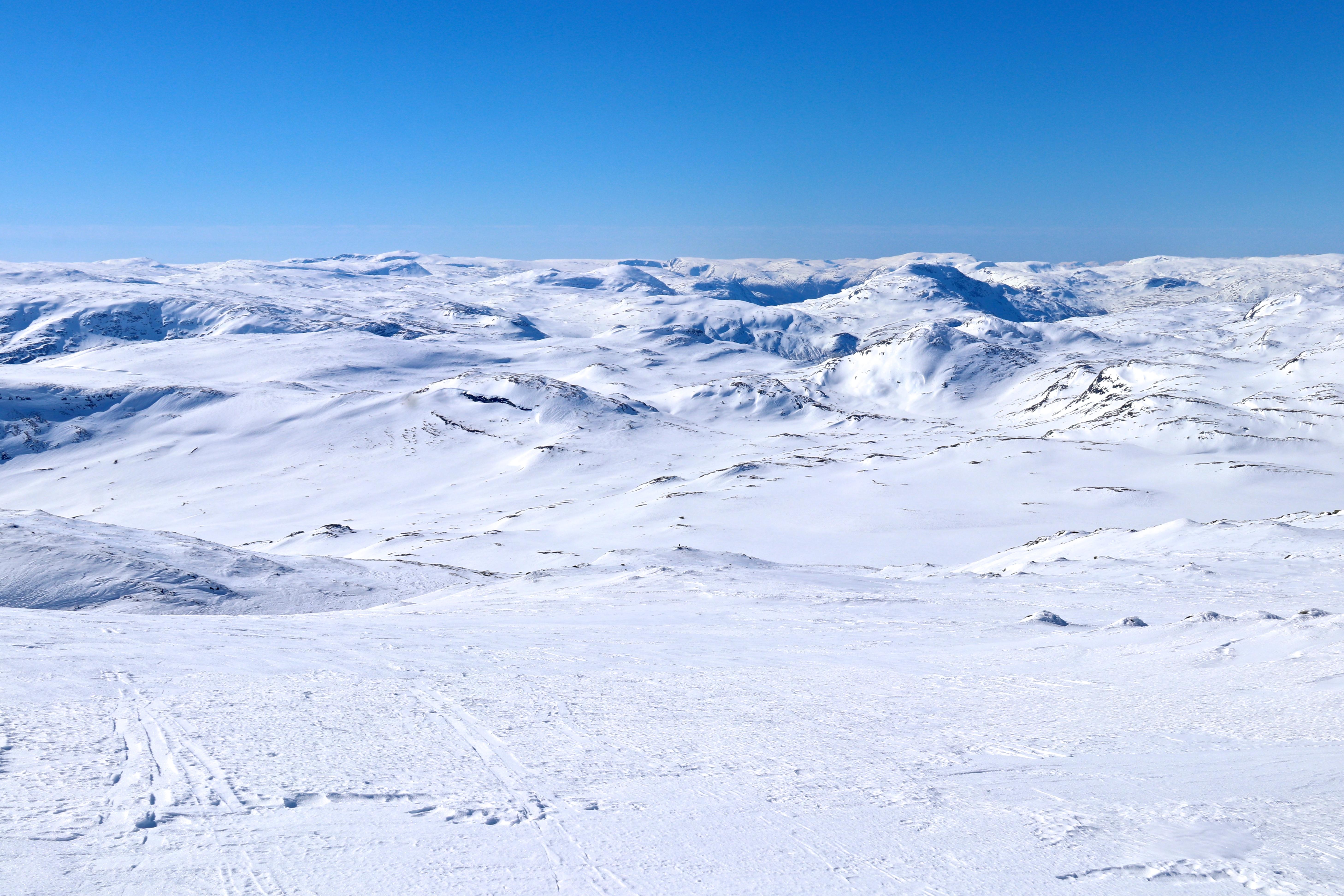 Flott utsikt i alle himmelretninger på Høgeloft. Her vestover mot fjellene rundt Lærdal.