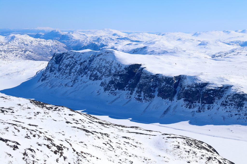 Vesle Jukleeggi (1.701 moh) og Juklevatnet sett fra Høgeloft.