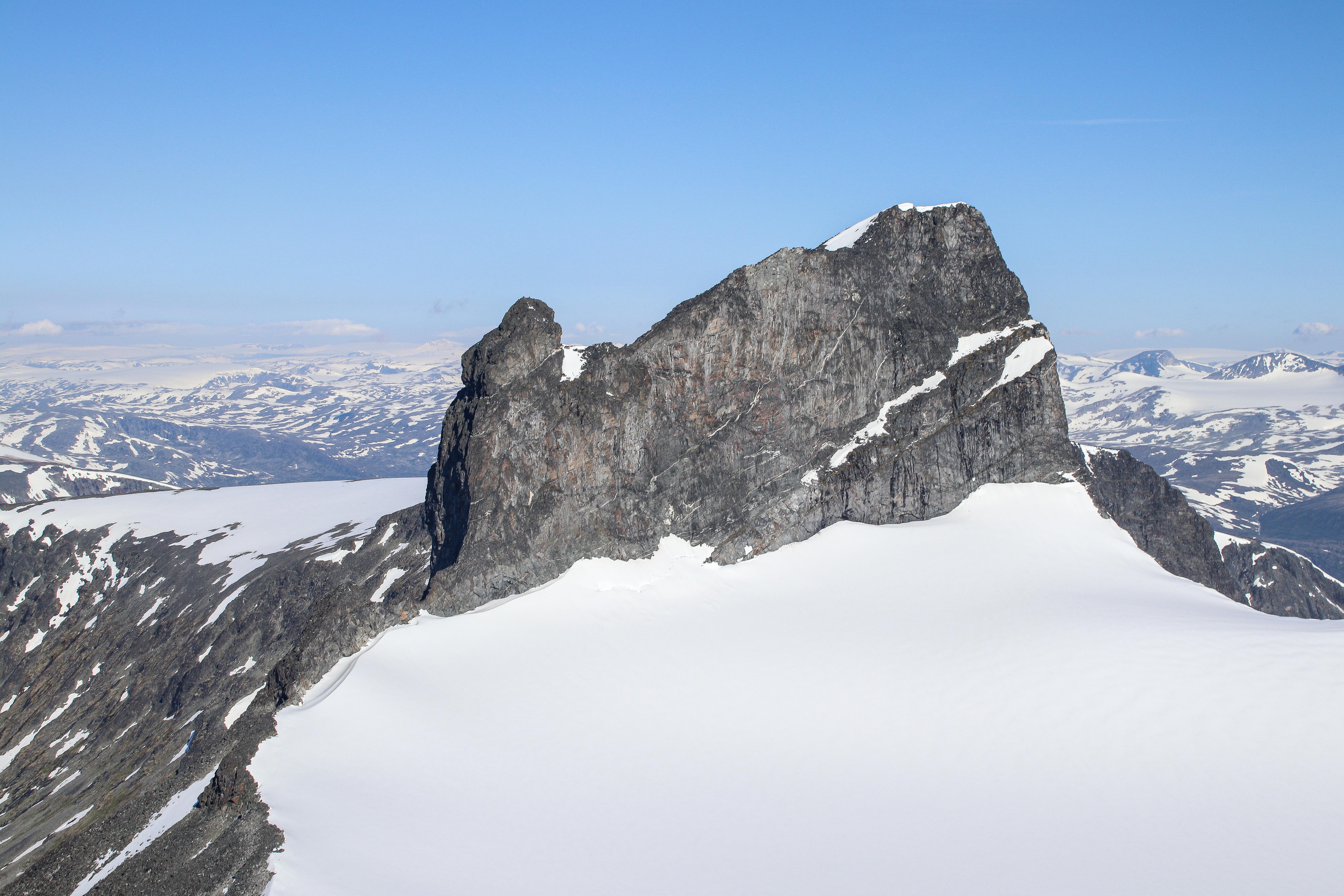 Skardstinden (2.373 moh) sett fra Ymmelstinden.