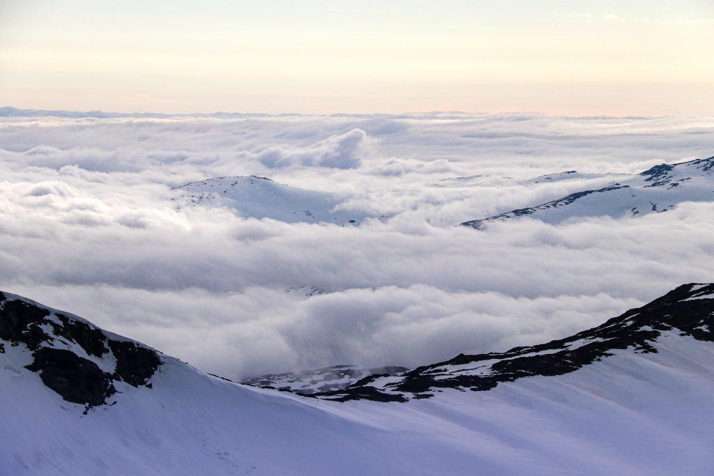 Tåken ligger tett over Sognefjellet og resten av Vestlandet.