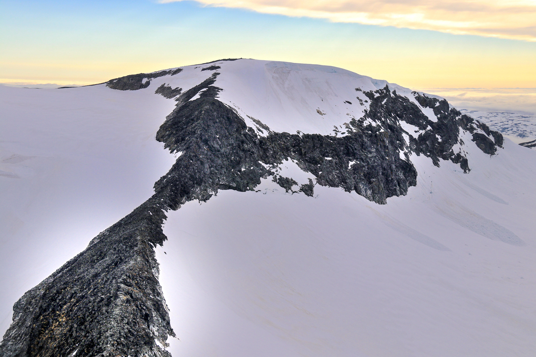 Hurrbreatinden (2.064 moh) sett fra Bakarste Skagsnebb (2.093 moh).