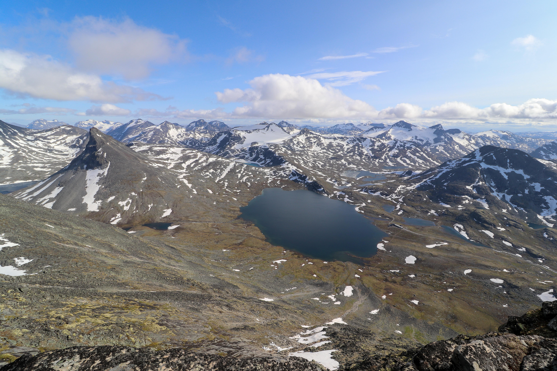 Utsikt fra Midtre Tverrbottinden (2.106 moh) mot Leirvassbu og Kyrkja.