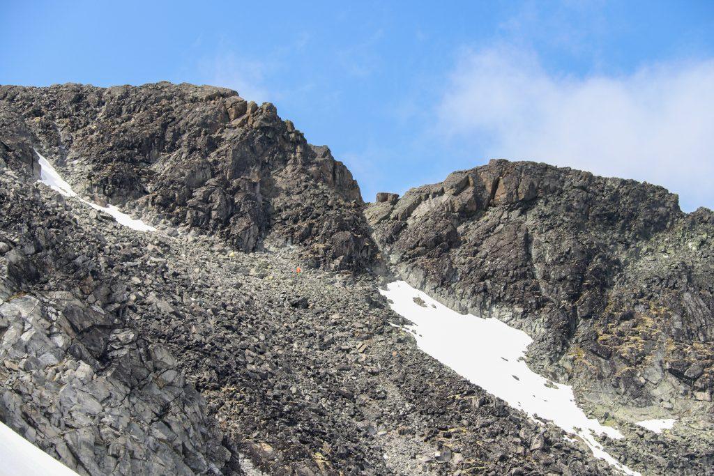 Skardet mellom de to toppene som utgjør Vestre Tverrbottinden.