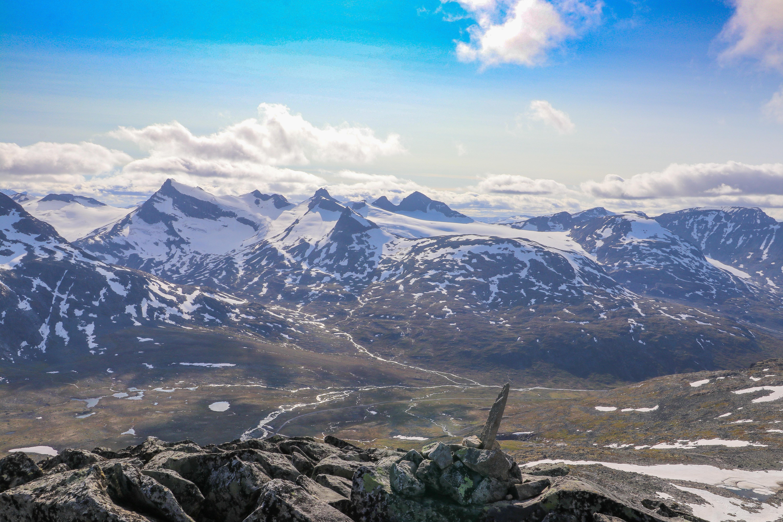Utsikt fra Midtre Tverrbottinden mot Storebjørn og Smørstabbtindene.