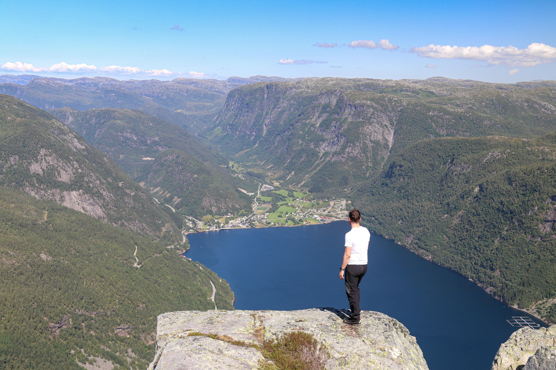 Det er flott og luftig utsikt ned mot Vadheim fra toppen av Fløyen.