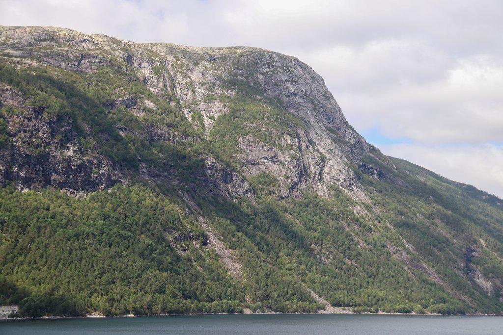 Fløyen i Høyanger sett fra Vadheimfjorden.