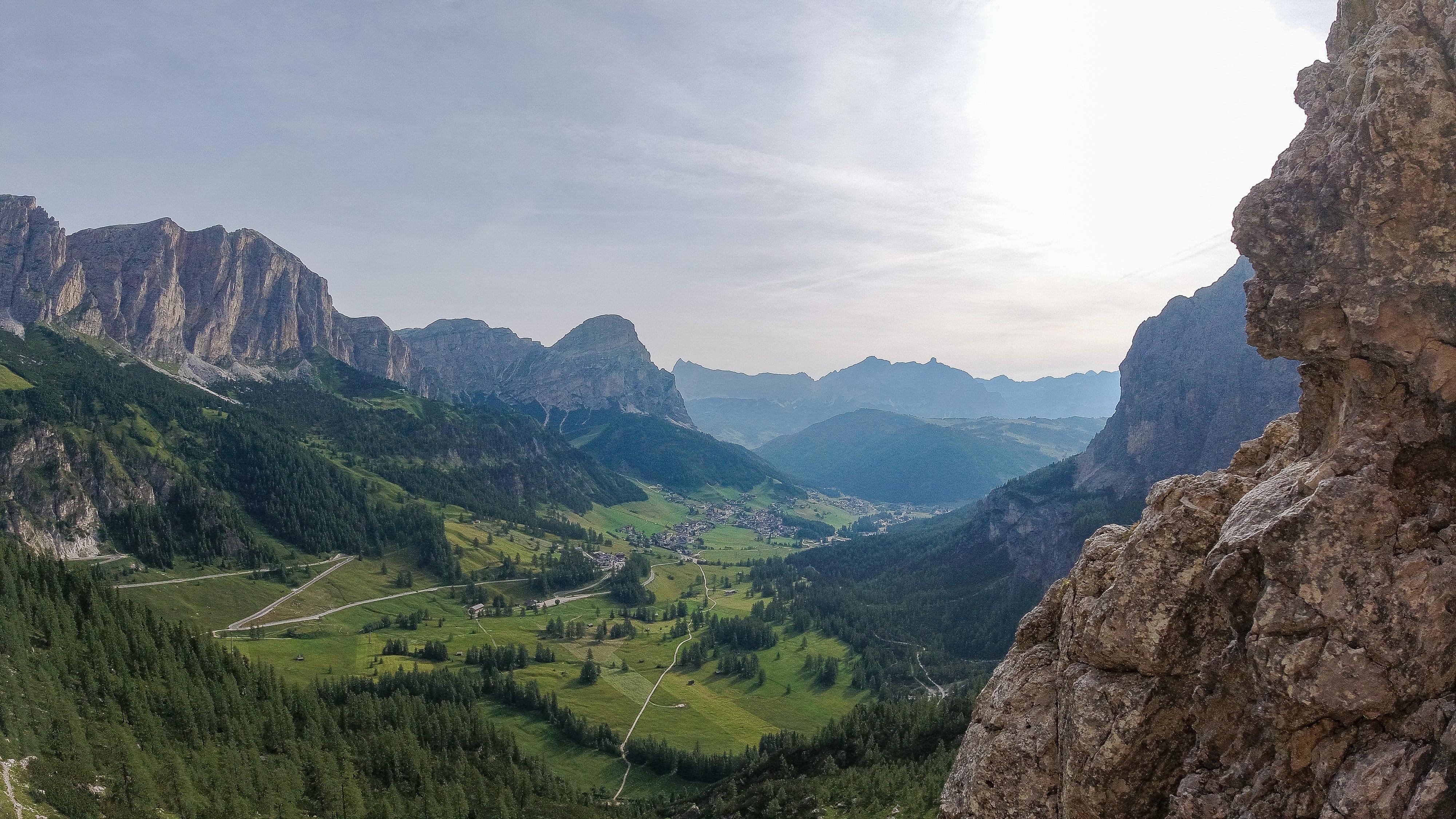 Utsikt ned mot Alta Badia og Corvara fra Via Ferrata Brigata Tridentina.