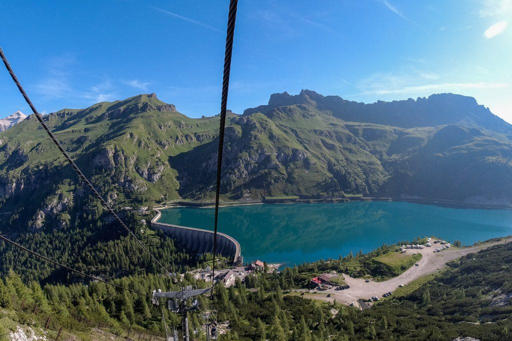 Taubanen fra innsjøen Fedaia tar oss opp til Rifugio Pian dei Fiacconi, utgangspunktet for turen til Marmolada.