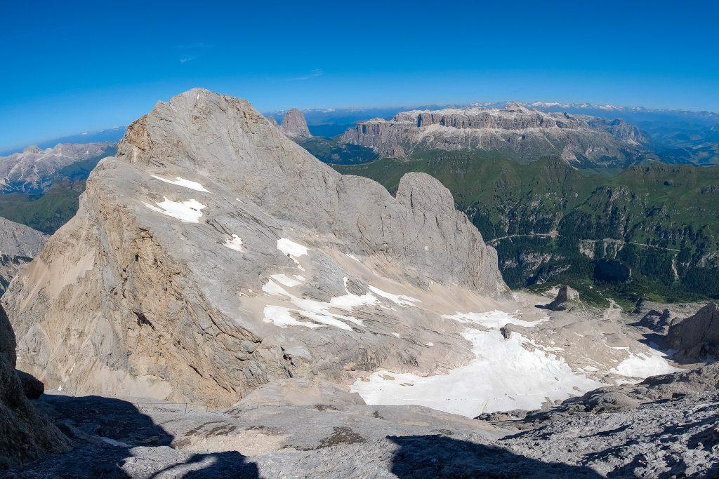 Utsikten fra vestryggen opp Marmolada, høyeste fjellet i Dolomittene.