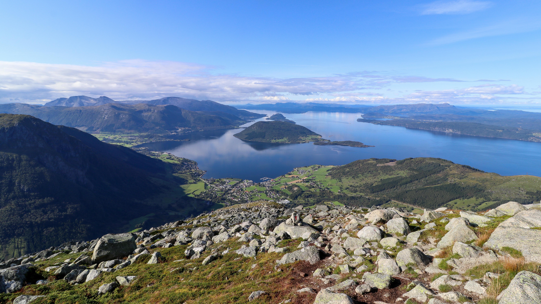 Utsikt fra ryggen opp mot Melderskin mot Rosendal og Hardangerfjorden.
