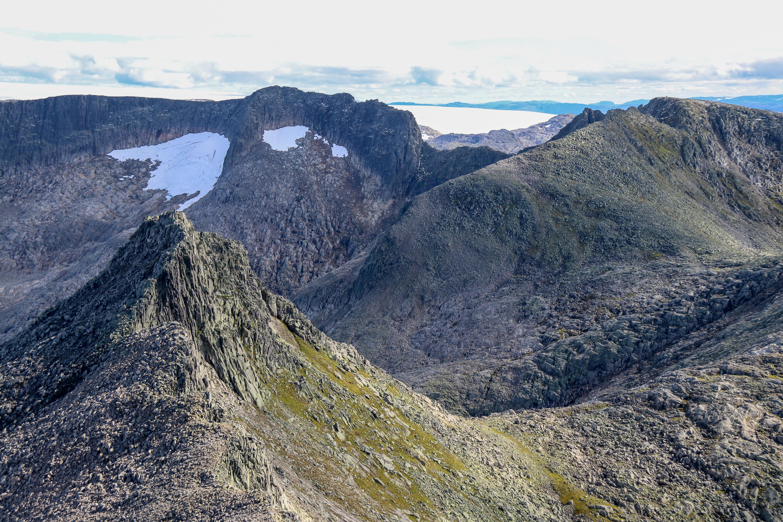Omnatind (1.360 moh), Bjørndalstindane (1.426 moh), Bjørndalstraversen og Juklavasskruna (1.431 moh) sett fra Melderskin.