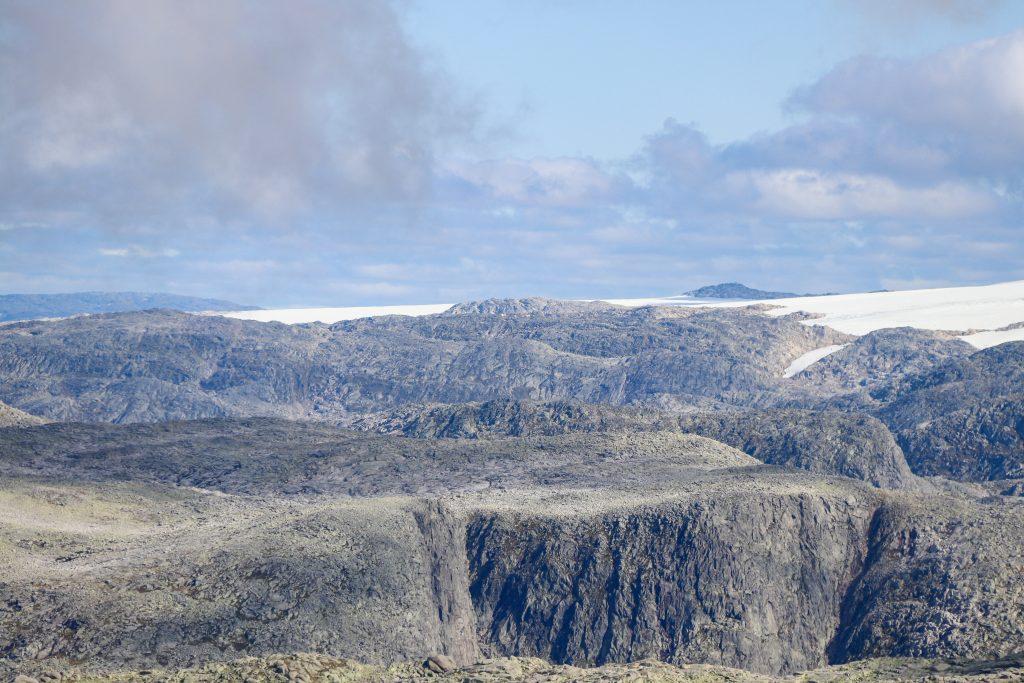 Utsikt mot Holmaskjær (1.565 moh) og Fonnabu helt inn til brekanten på Folgefonna.