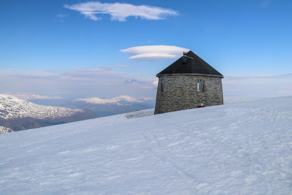 Skålatårnet på toppen av Skåla.
