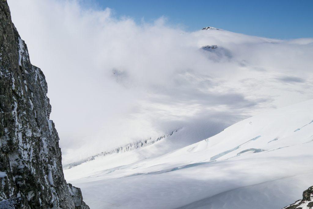Fra rappellpunktet på søræstryggen til Lodalskåpa ser en ned mot Småttene.