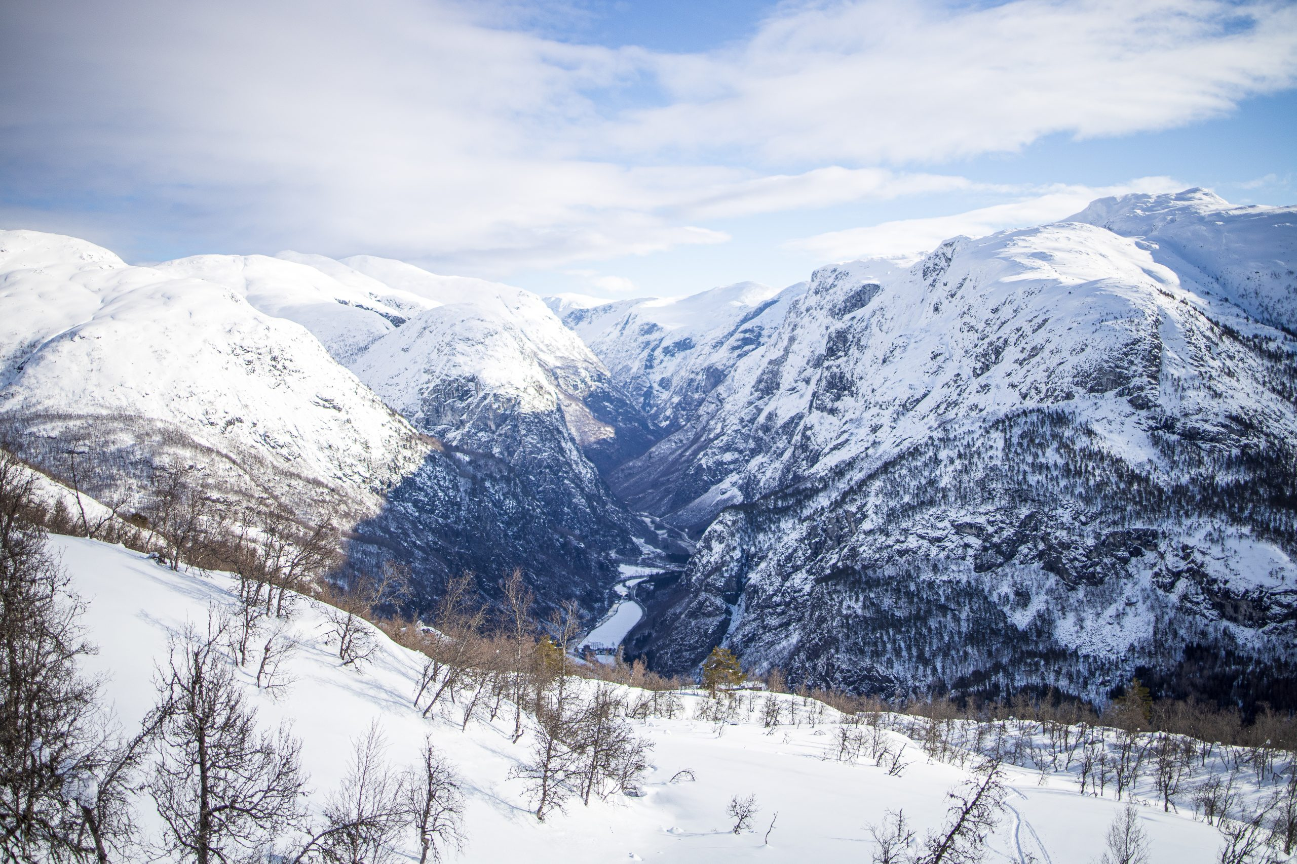 På vei opp mot Brekkenipa har en utsikt inn i den spektakulære Nærøydalen.