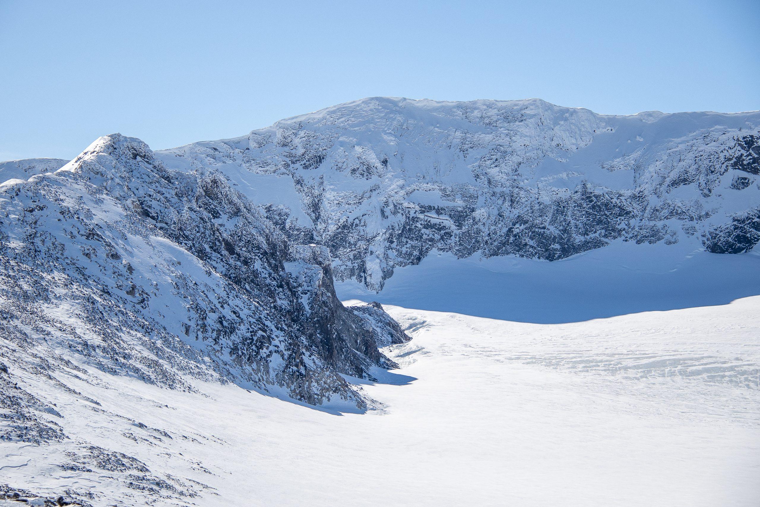 Glittertinden (2.357 moh) sett fra nord. Ryggen av Trollsteineggje til venstre.