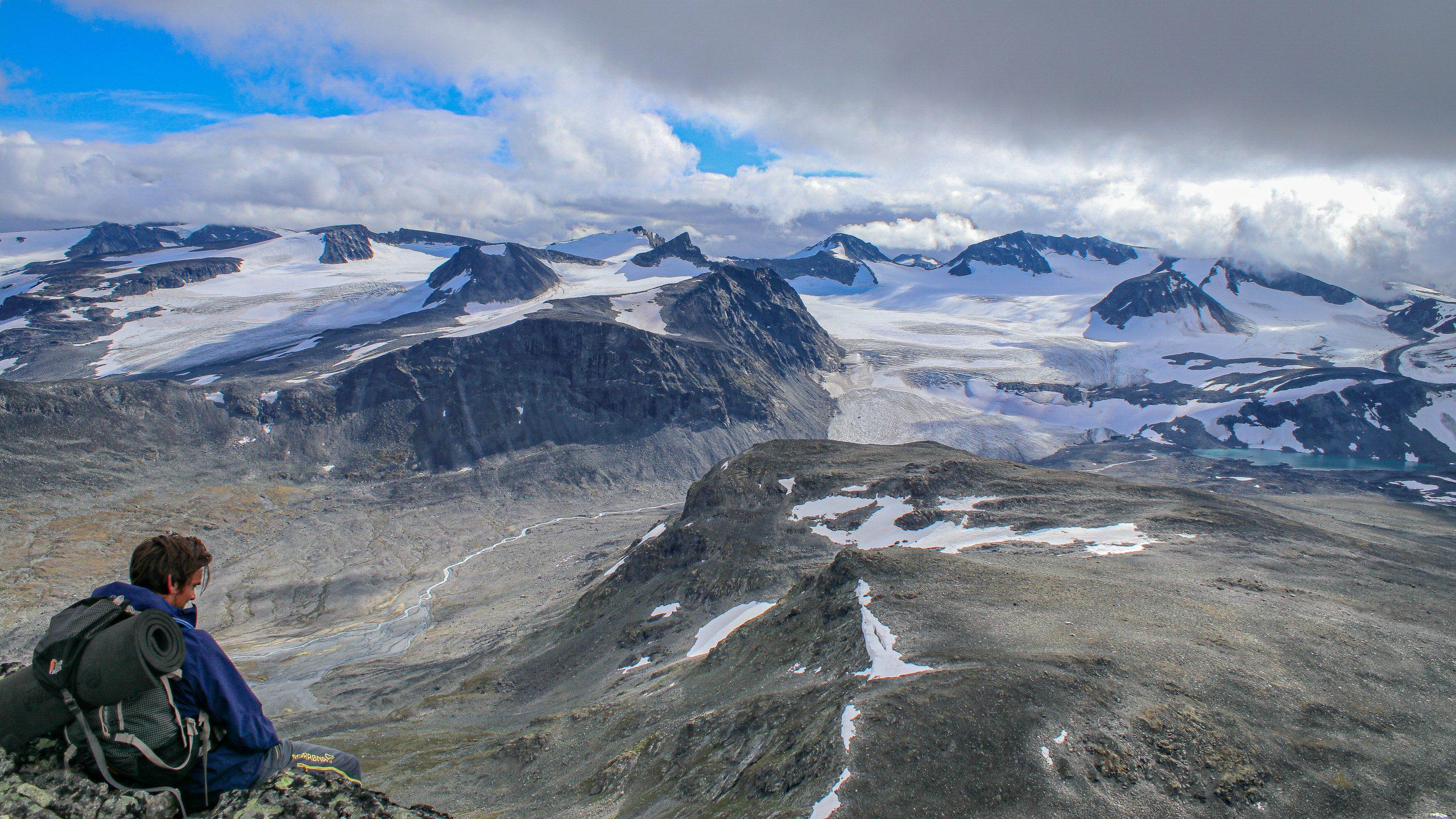 Flott utsikt fra Ryggjehøe mot Veotinder, Veobreer og andre tinder i Memurutindmassivet.