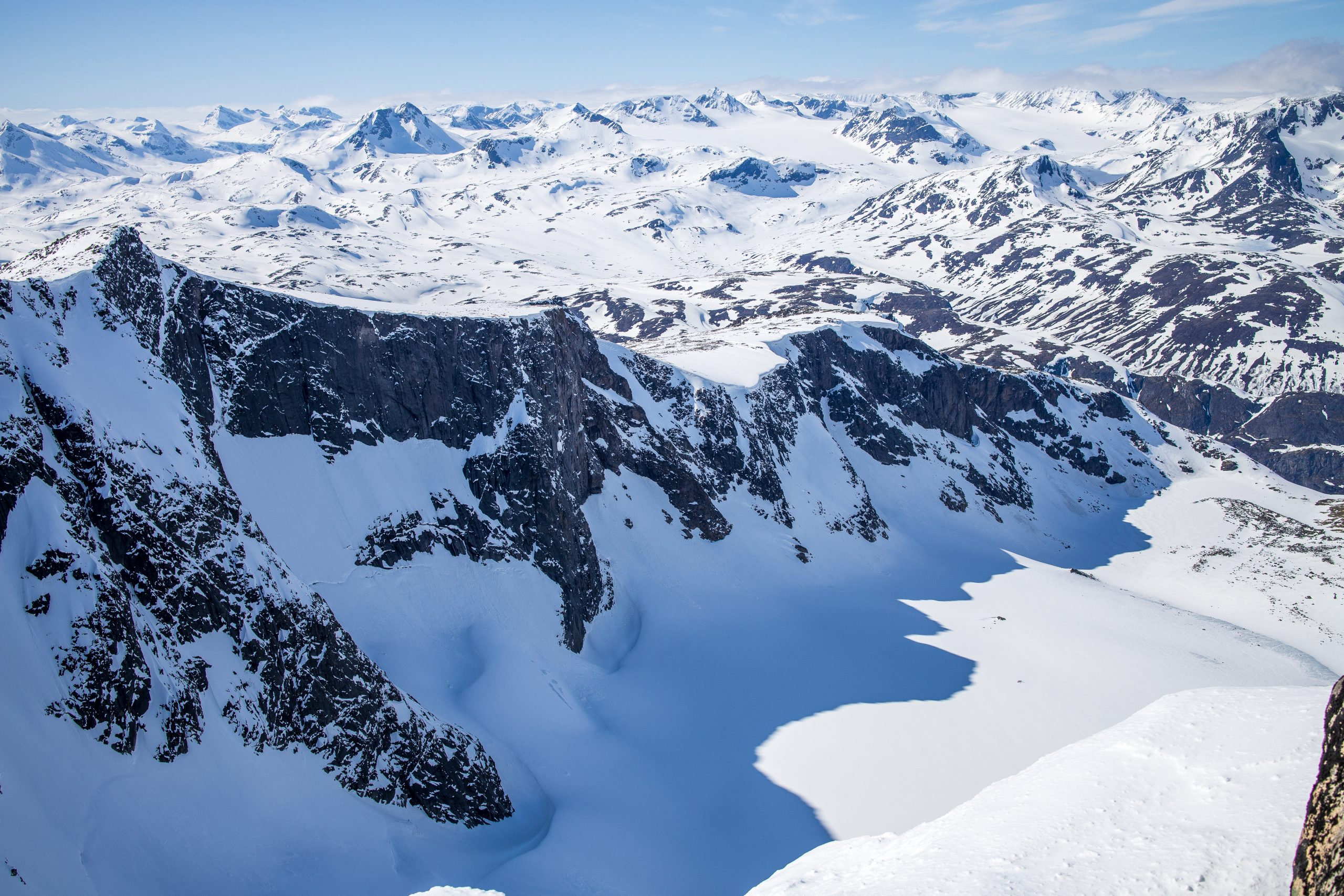 Nørdre Tjønholet med nordvestryggen til Tjønholdstinden. Er prakfull utsikt over Jotunheimen bak.