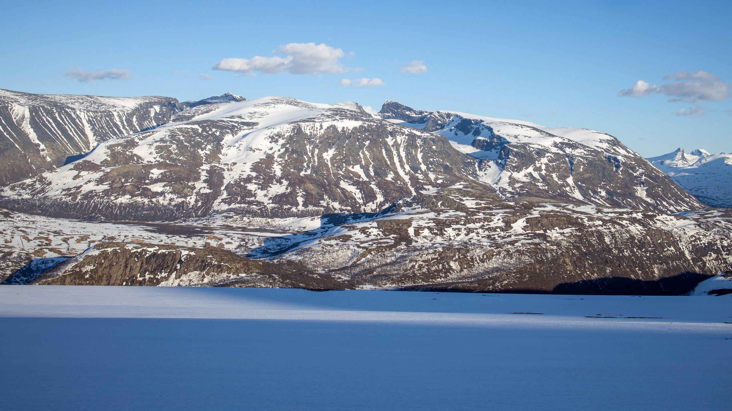 Galdhøpiggmassivet med Galdhøpiggen, Veslepiggen, Bakraste Storgrovhøe, Skardstind og Dumhøe sett fra Hestbreapiggmassivet.