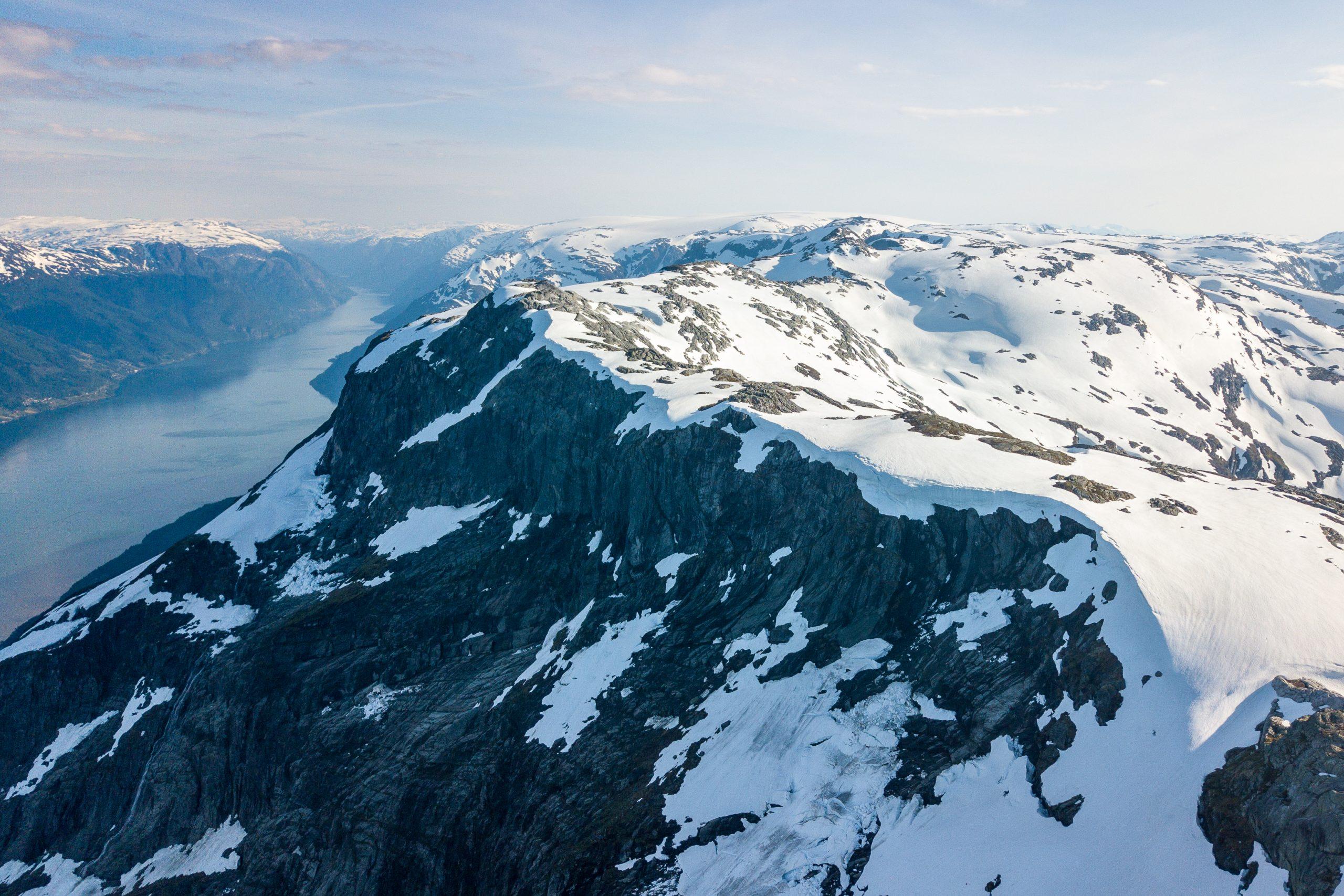 Vardaskarvane høyt over Sørfjorden. Utsikt mot Folgefonna.