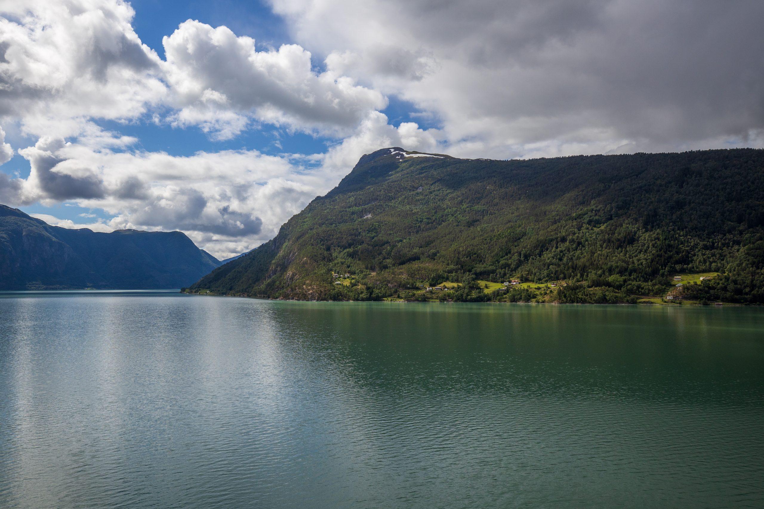 Molden (1.118 moh) er en populær fjelltopp ved Lustrafjorden.