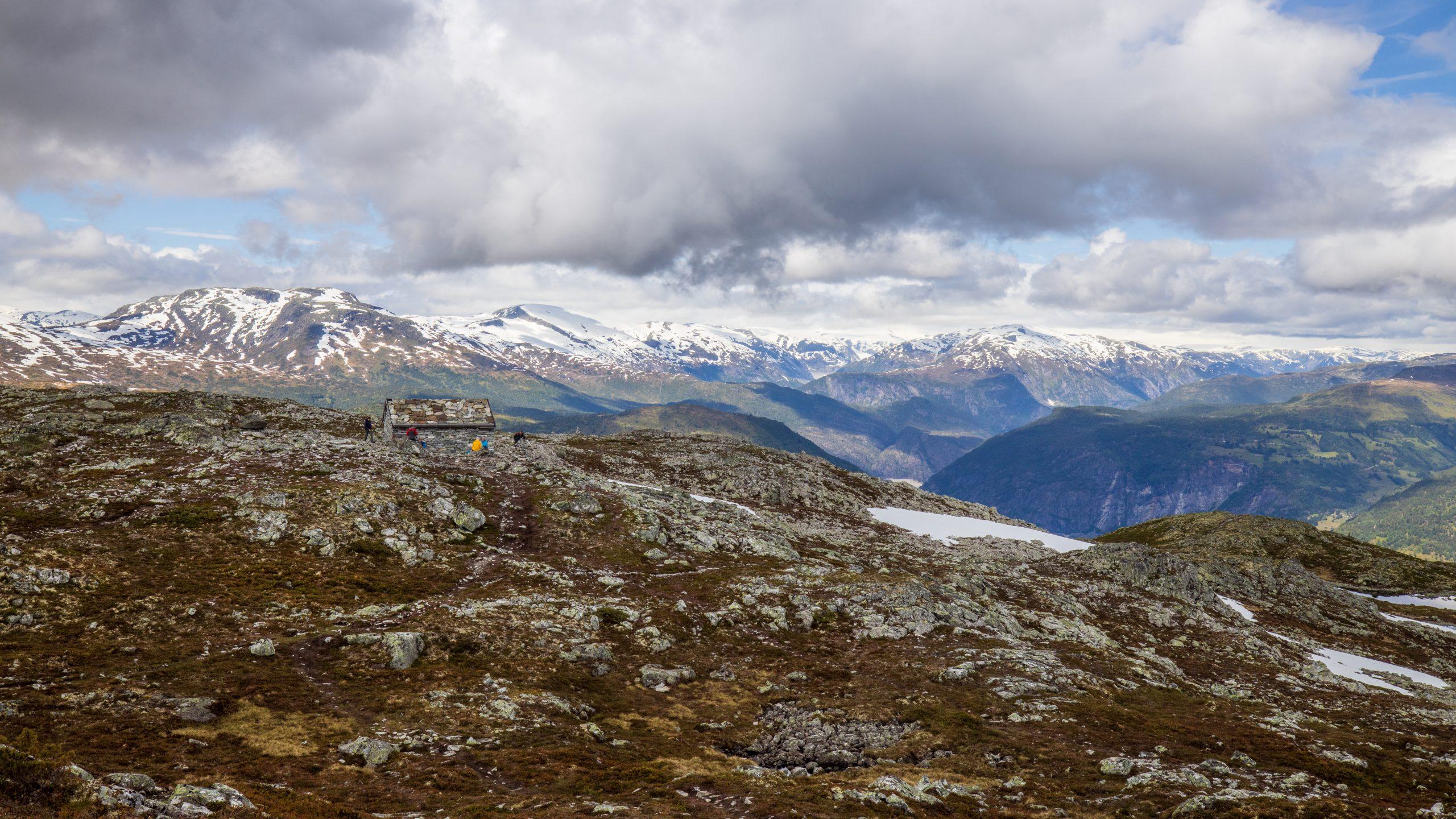Molden har også utsikt inn mot fjellene og breene rundt Jostedalen.