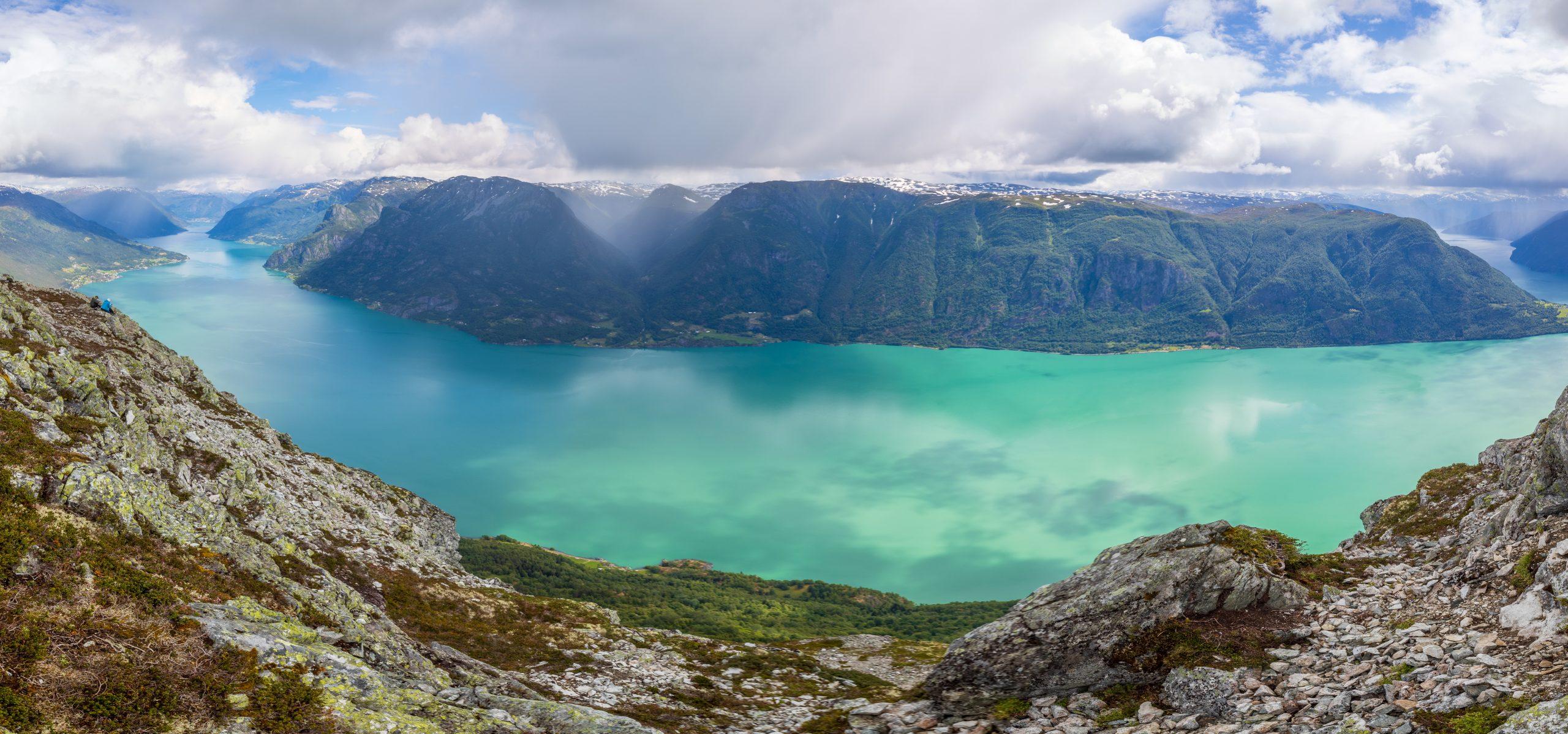 Fra toppen av Molden har du panoramautsikt over hele Lustrafjorden.