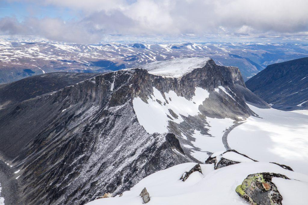 Bakerste Storgrovhøe og Nørdre Heimre Illåbreatinden sett fra Skardstinden.