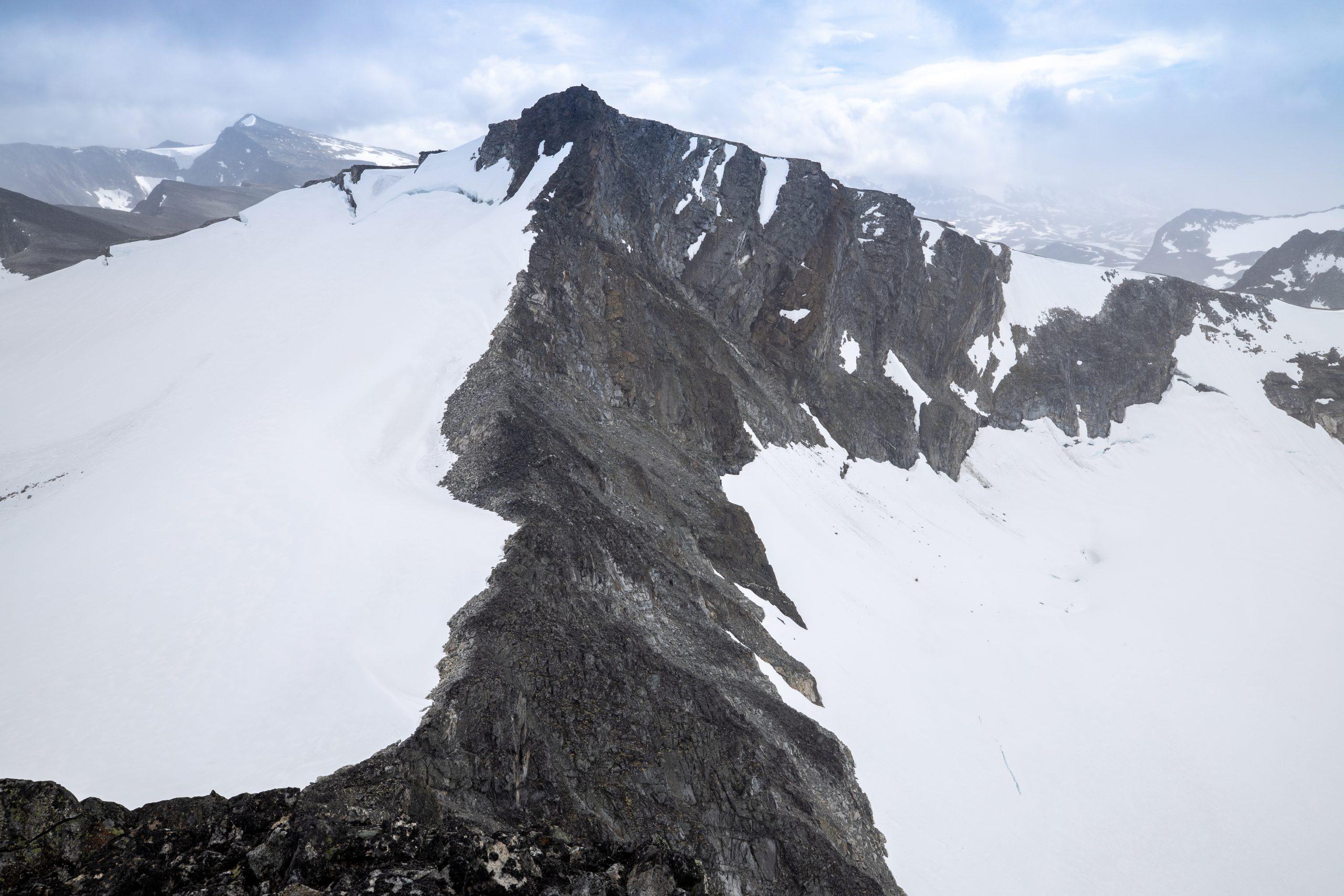 Utsikt fra Store Veotinden mot Søre Veotinden, som ironisk nok er høyere enn Store Veotinden.