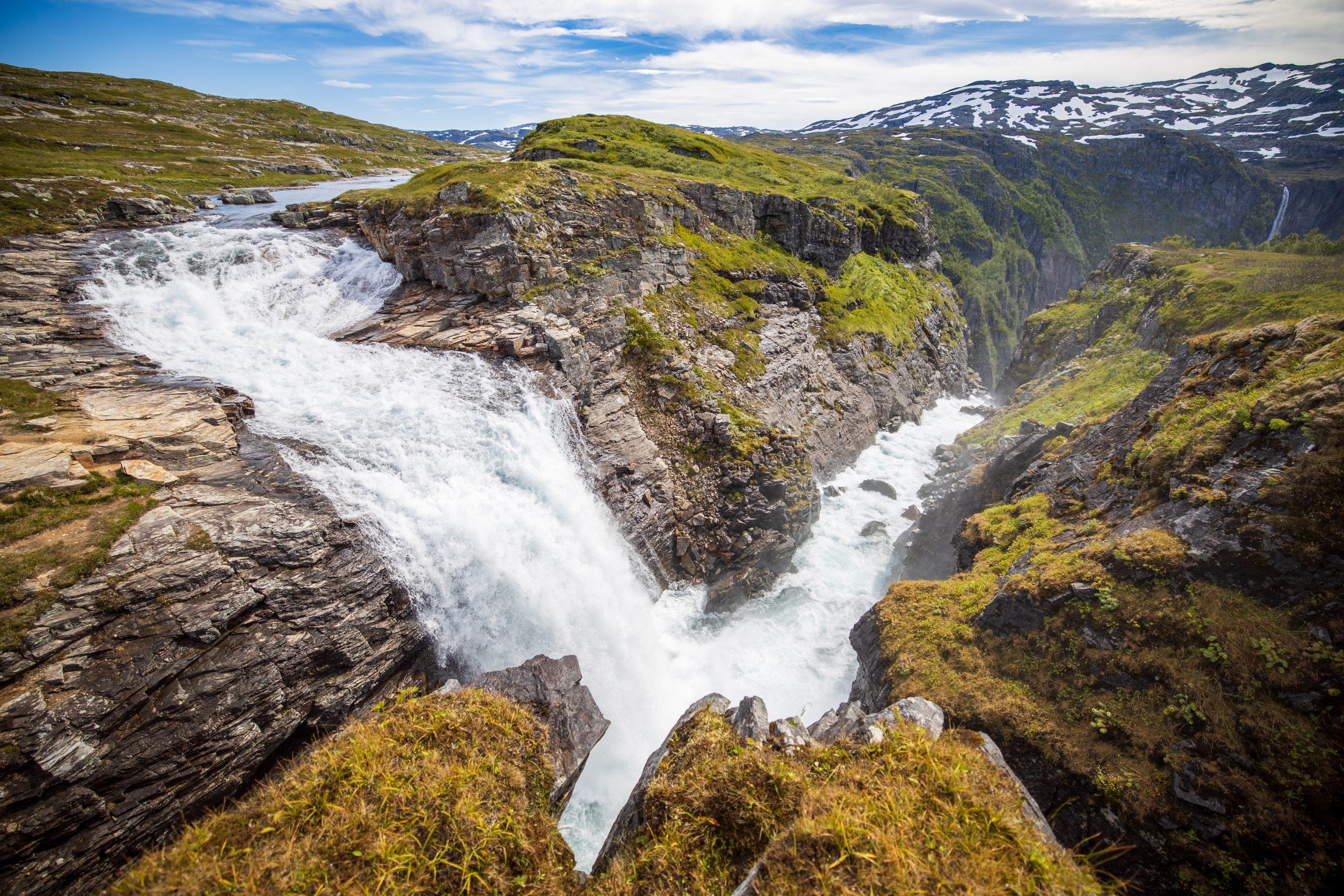 Rjukande og Bjørnebykset er et spektakulær fossefall fra fjellplatået Hardangervidda og ned mot Lofthus.