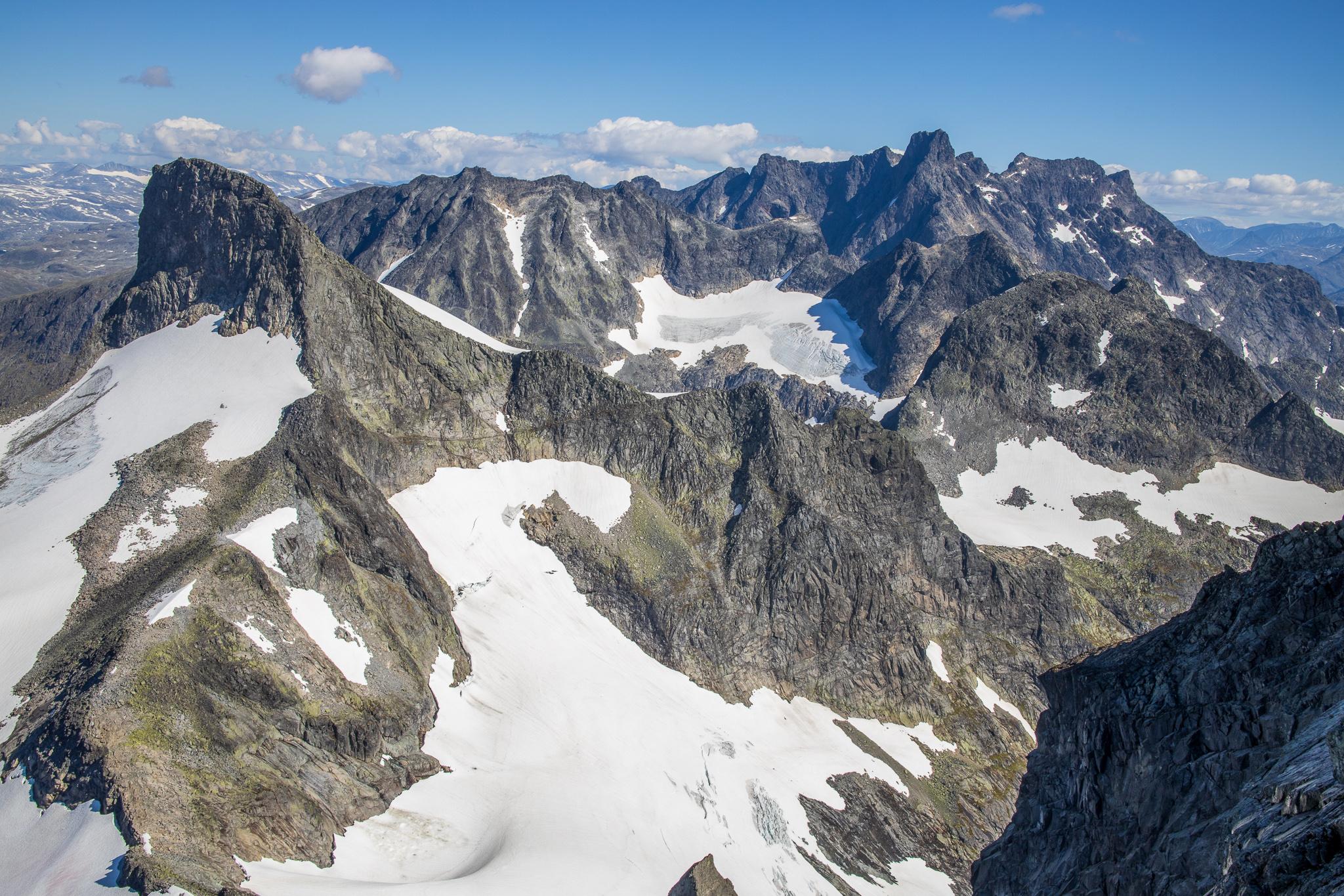 Utsikt over Hurrunganes kvasse og ville fjell fra Store Austanbottstind.