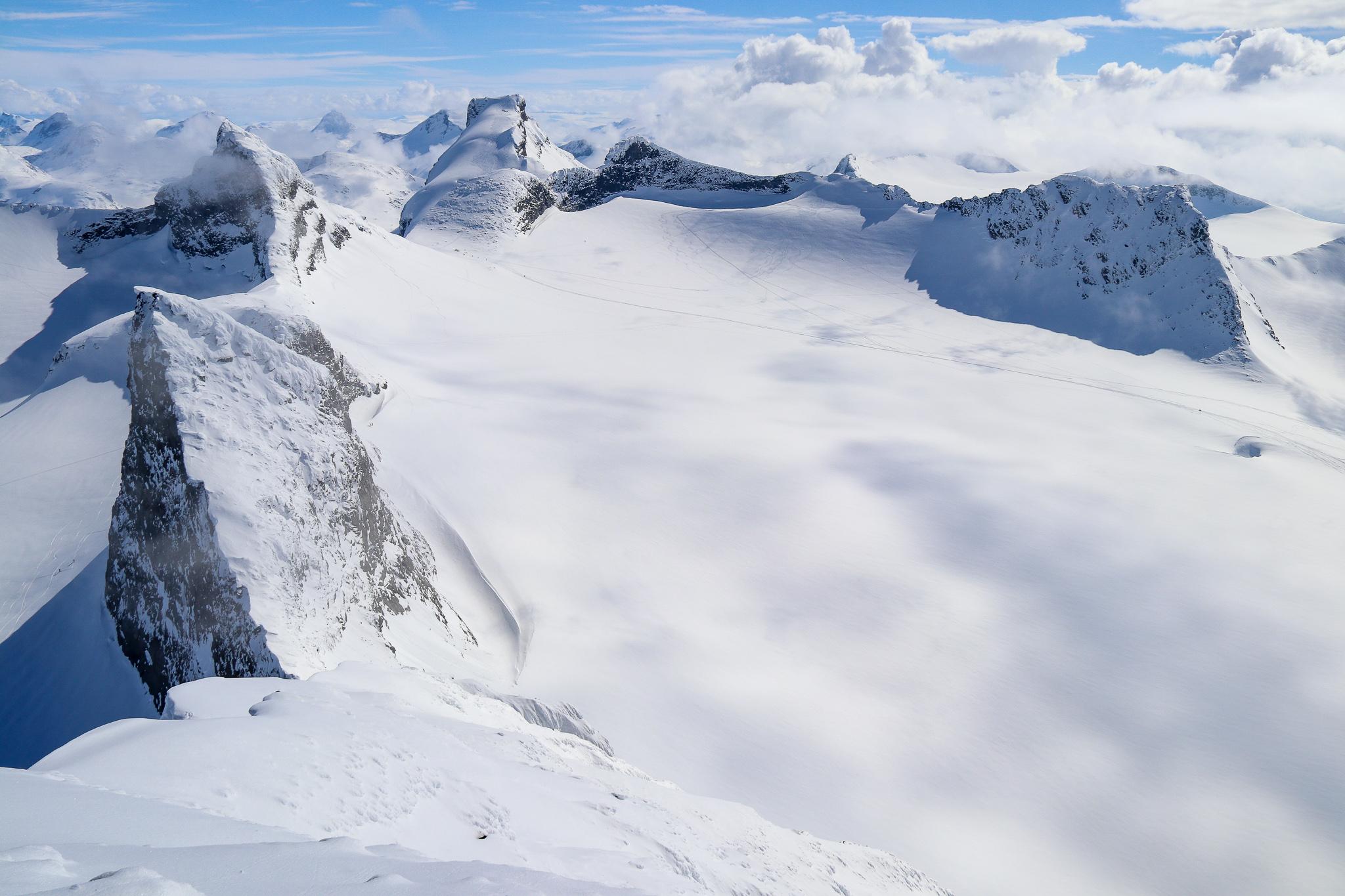 En magisk utsikt sørover fra toppen av Store Smørstabbtinden.