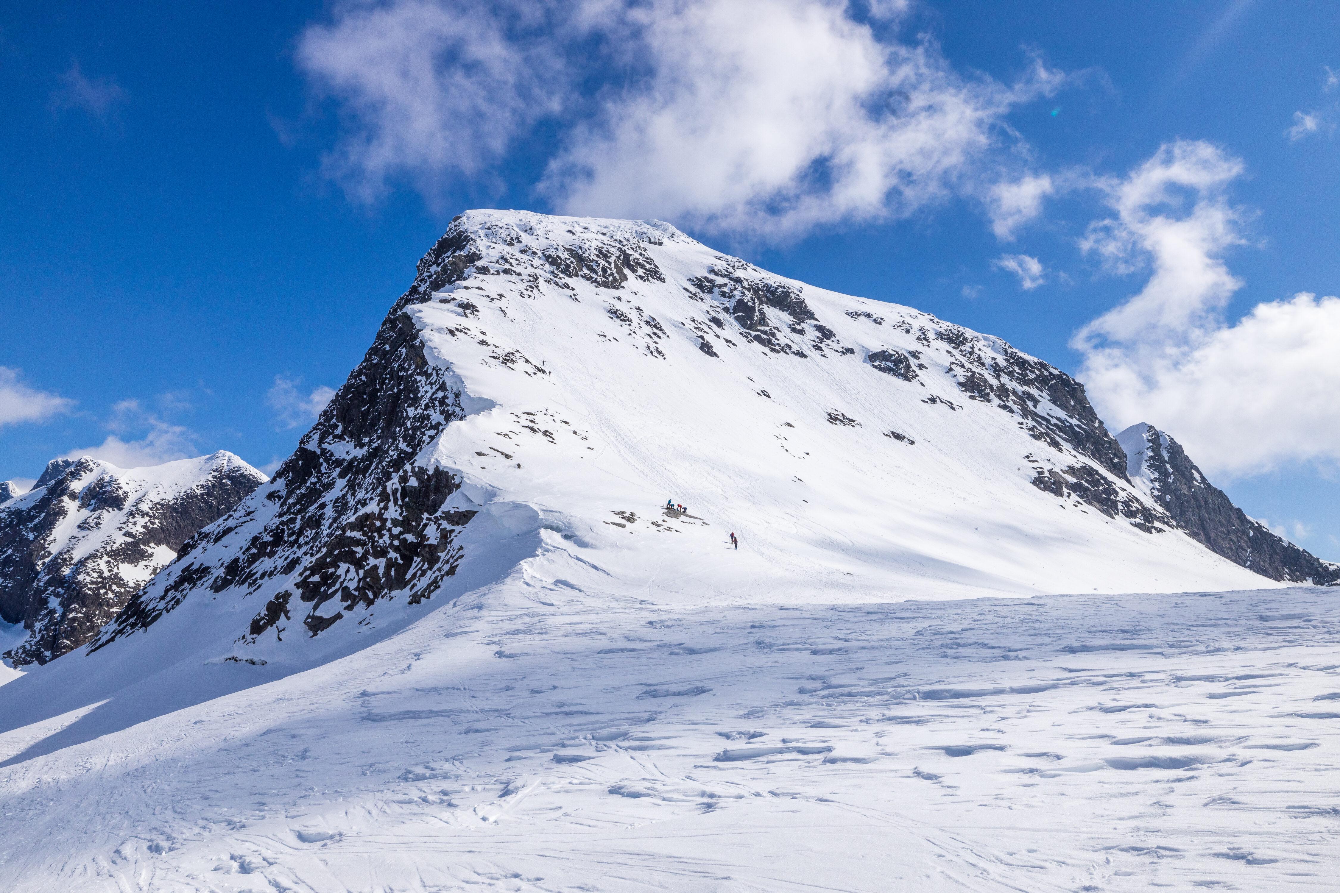 Midtre Ringstind bestiges bratt opp fra øvre Ringsbreen.