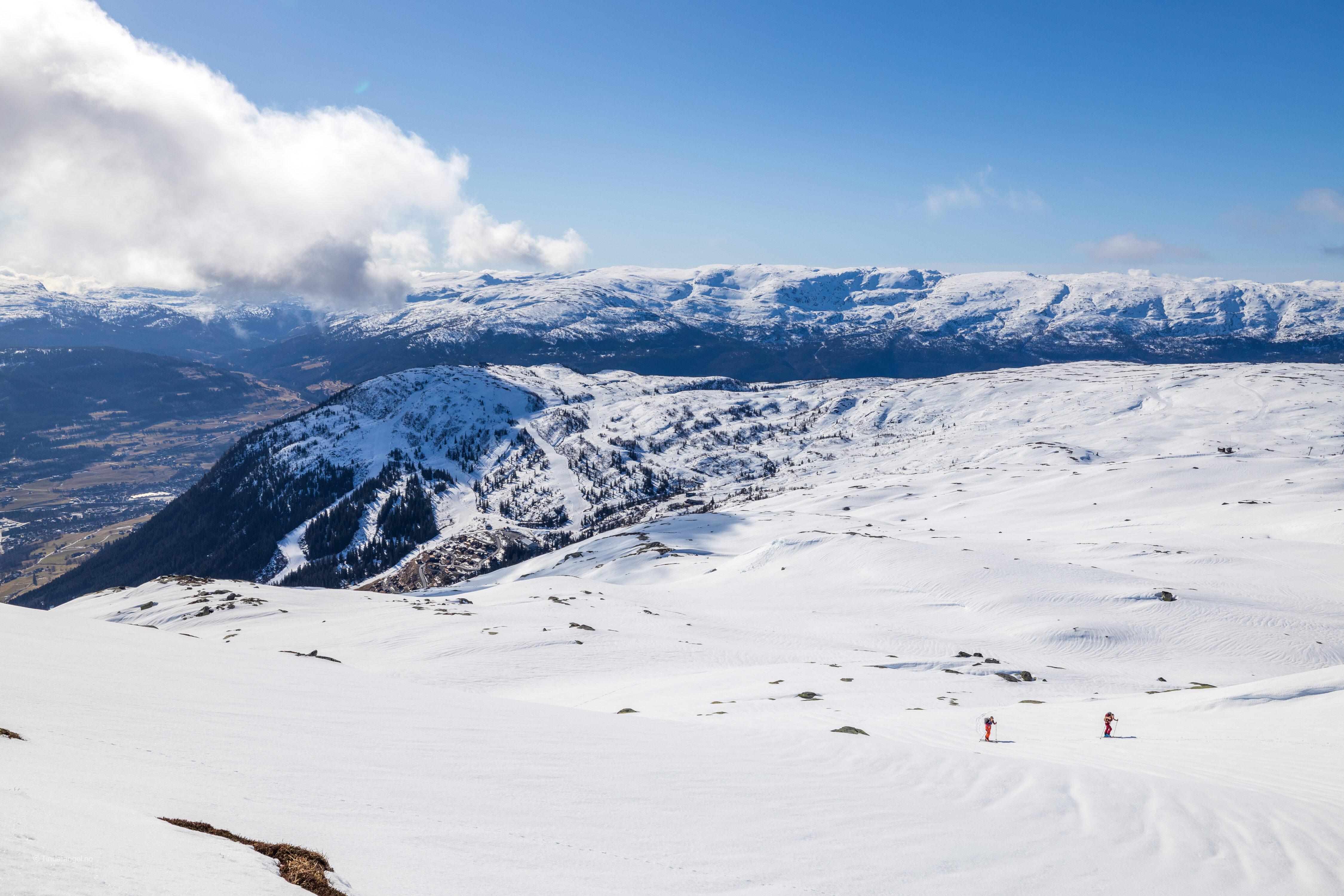 Topptur til Lønahorgi med  skianlegget Bavallen i bakgrunnen.